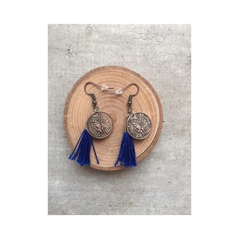 boucle pompon bleu